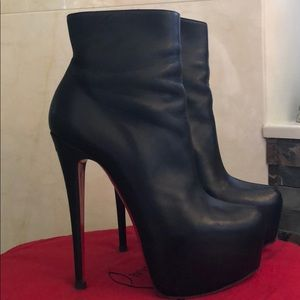 CHRISTIAN LOUBOUTIN 37.5 BLK LEATHER DAFF BOOTIES